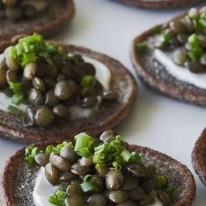 Beluga Lentil Caviar en recetas Blini