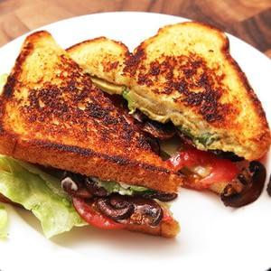 "Vegan ""B.L.A.T."" s: Receta de sándwiches de lechuga, tomate, aguacate y champiñones crujientes."