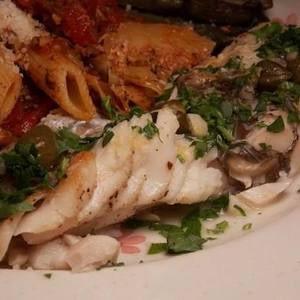 Mero mediterráneo con salsa de vino de limón y alcaparras