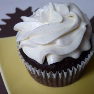 Magdalenas veganas de chocolate con glaseado de vainilla