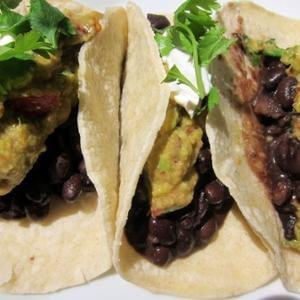 Guacamole ahumado alucinante y tacos relajados con frijoles sazonados con especias