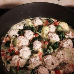 Sopa de albóndigas de pavo y col rizada