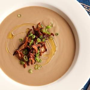 Crema vegana de sopa de champiñones con crujiente Shiitake Chips Receta