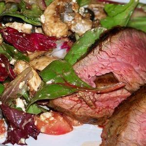 Flank Steak Con Ensalada Mediterránea Ajo