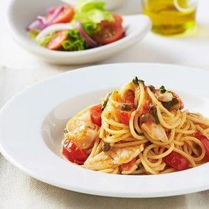 Espaguetis con besugo y verduras mediterráneas.