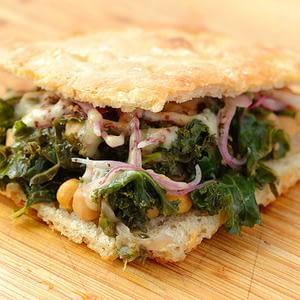 Col rizada vegana y sándwich de garbanzos con receta de cebollas Sumac