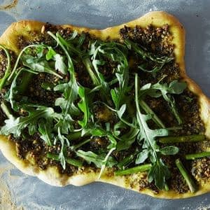 Pizza de espárragos y rúcula con pesto vegano